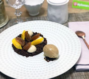 Terre de chocolat, panna cotta pralin, marron glacé, orange et glace chêne