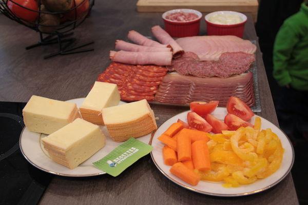 raclette fromage charcuterie et petits l gumes. Black Bedroom Furniture Sets. Home Design Ideas